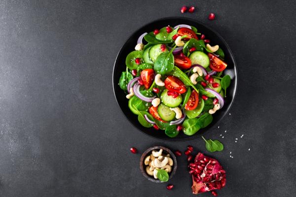 Spinatsalat mit Cashews und Granatapfelkernen