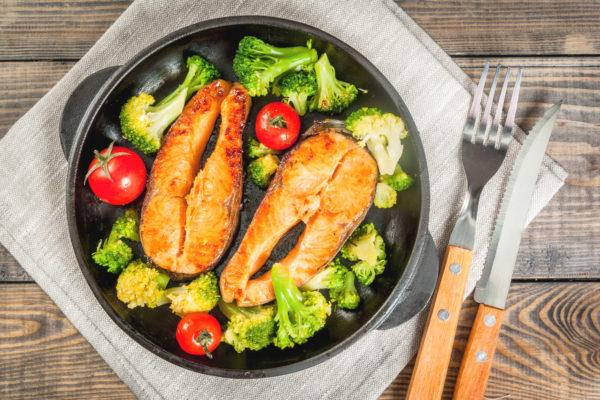 Brokkoli-Tomaten Pfanne mit Lachssteak