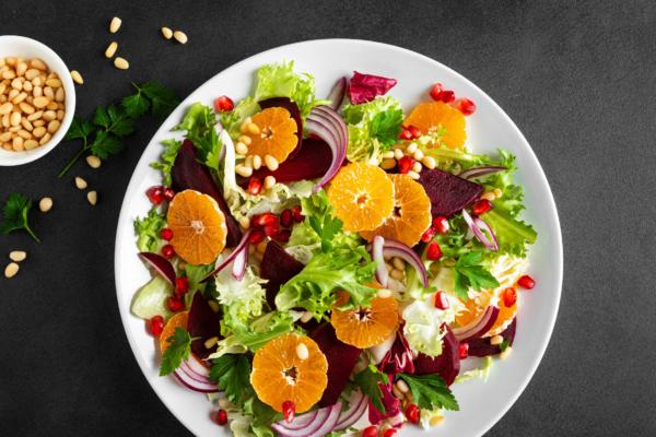 Bunter Salat mit roter Beete und Mandarinen