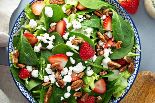 Spinat-Salat mit Erdbeeren und Ziegenkäse