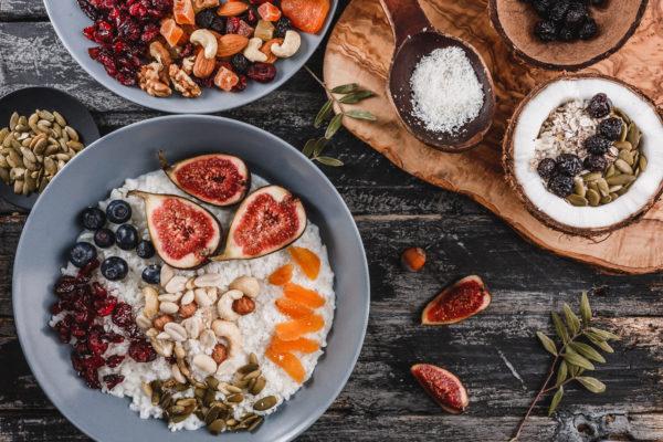 Kokos-Porridge mit Superfood-Topping