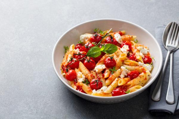 Kichererbsen-Pasta mit Ofentomaten und Mozzarella