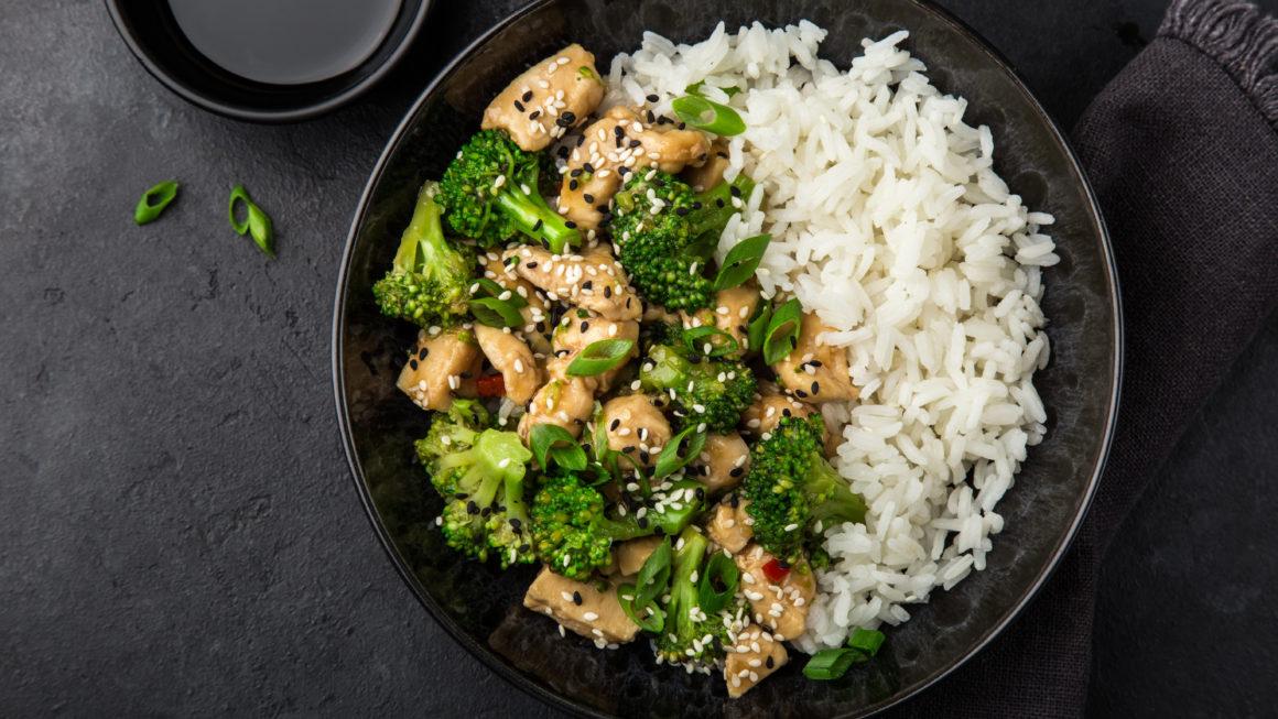 Sesam-Brokkoli-Hühnchen mit Reis